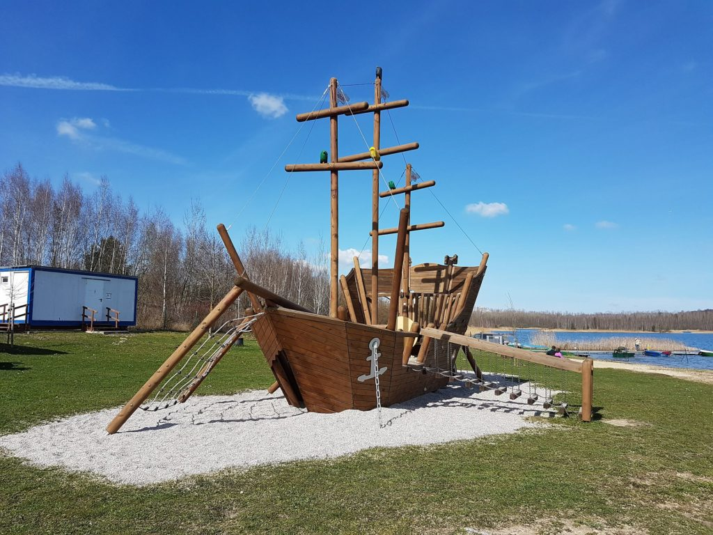 Spielplatz direkt am Wasser des Haselbacher See in Sachsen